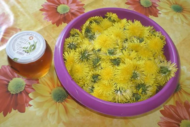 Цветки одуванчика в миске