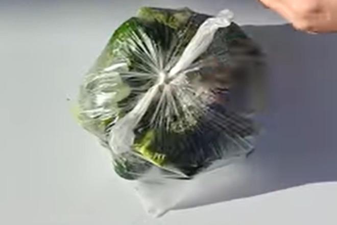 Завязать пакет с огурцами