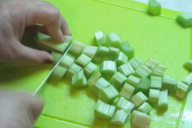Стебли нарезать кубиками