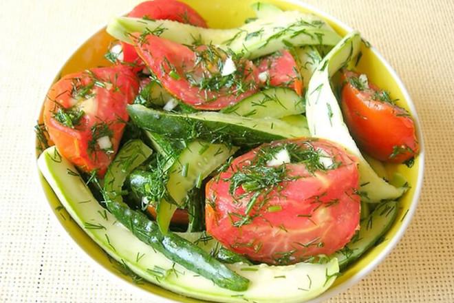 Малосольные огурцы с помидорами