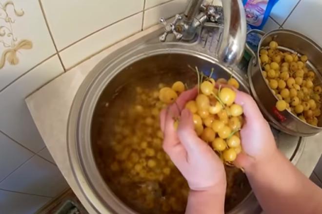 Промыть черешню