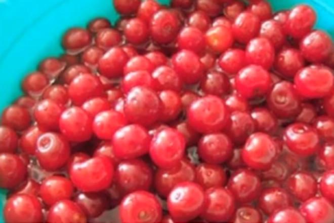 Вымыть ягоду
