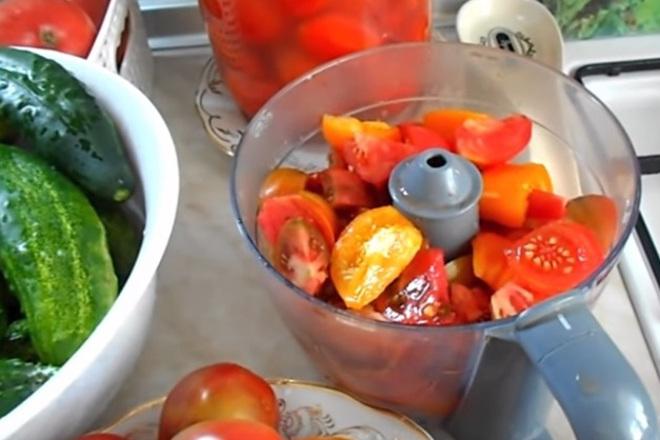 Нарезанные помидоры в блендере