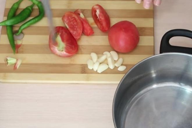 Порезанные помидоры и чеснок