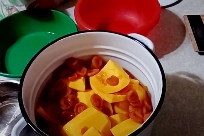 Кусочки тыквы в кастрюле
