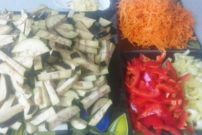 Порезанные баклажаны, морковь, перец